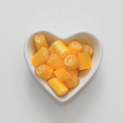 Salz-Zitronen-Bonbons von Sweet Poppet in Herzschale