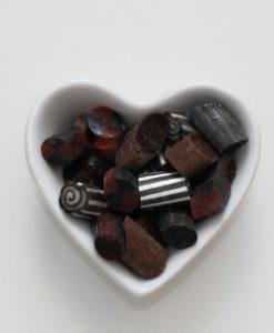Lakritz-Bonbons von Sweet Poppet in Herzschale