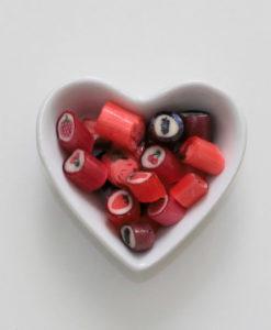 Rote Früchte-Bonbons-Mix von Sweet Poppet in Herzschale