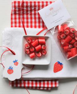 Sweet Poppet Bonbons Erdbeere Flatlay