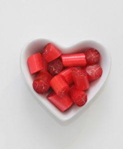 Granatapfel-Bonbons von Sweet Poppet in Herzschale