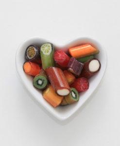 Tropischer-Mix-Bonbons von Sweet Poppet in Herzschale