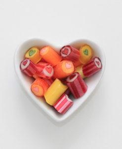 Herzbonbons-Mischung von Sweet Poppet in Herzschale