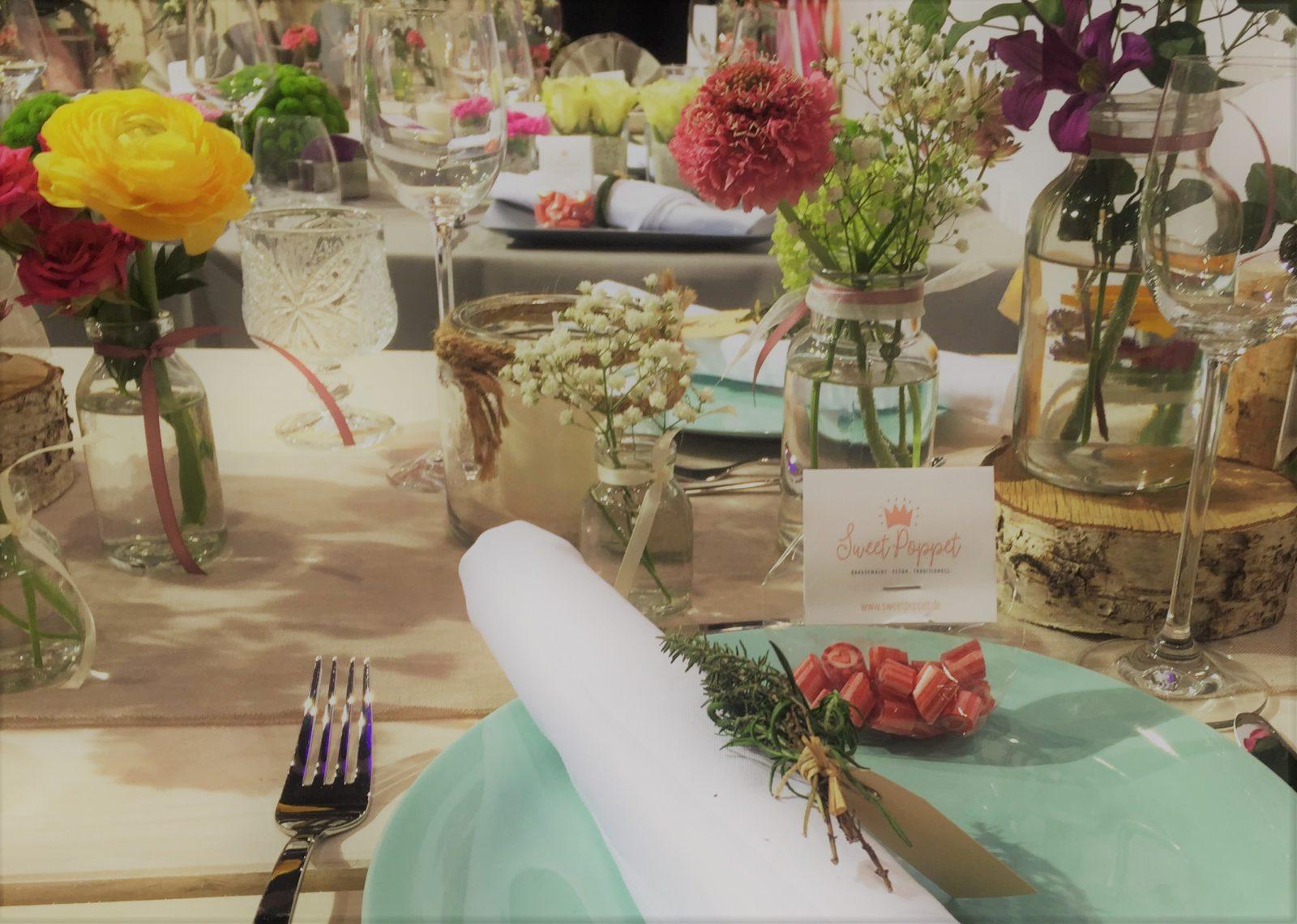 Sweet Poppet Bonbons als Gastgeschenk auf einer Hochzeitstafel