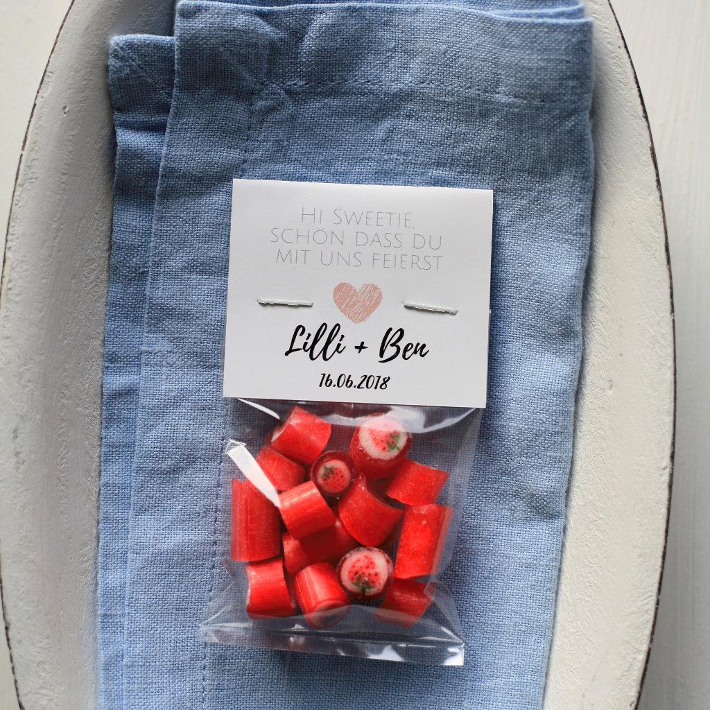 Sweet Poppet Bonbons Erdbeere als Gastgeschenk für die Hochzeit mit individuellem Etikett