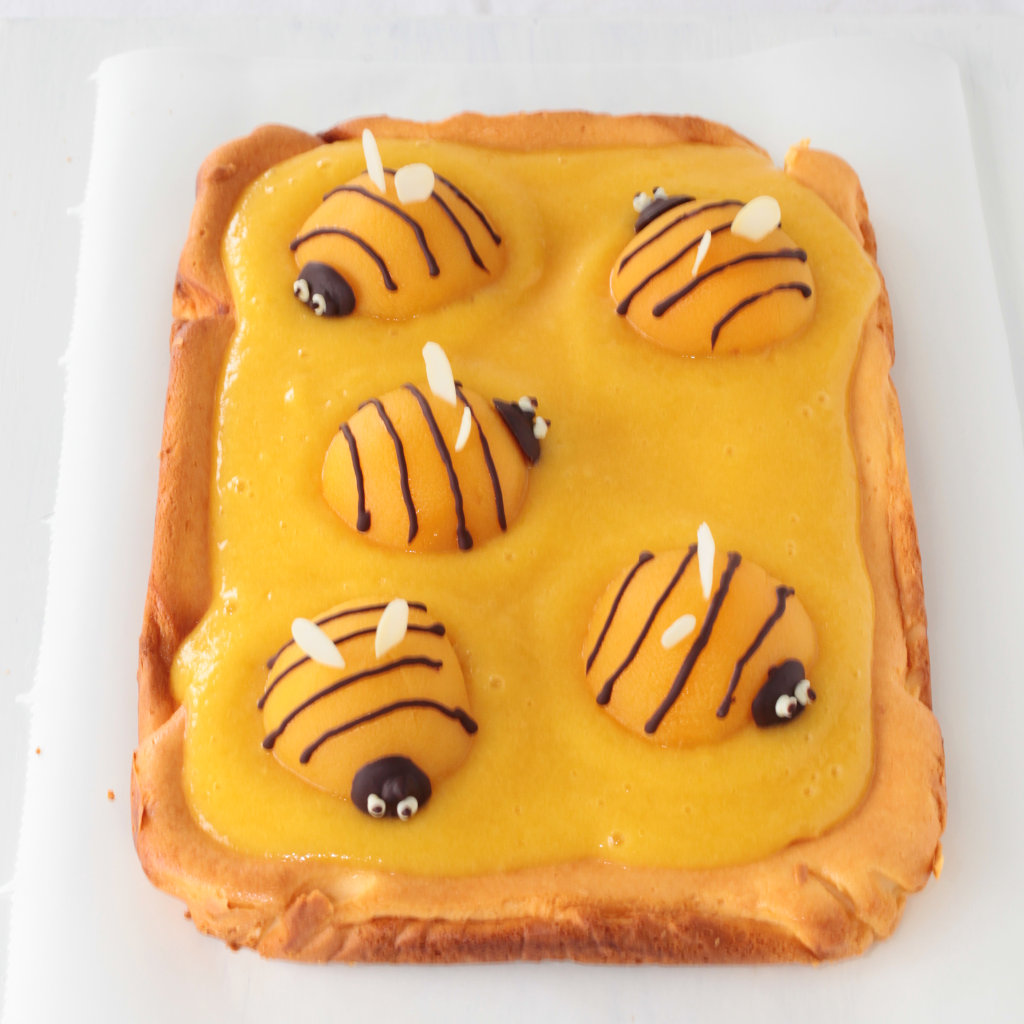 Käsekuchen mit Pfirsich-Bienen von oben