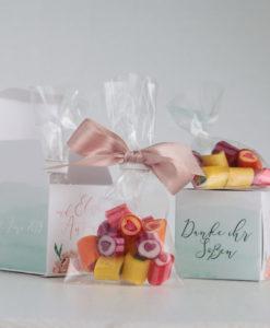 Herzchen-Bonbons als Gastgeschenk in kleiner Box