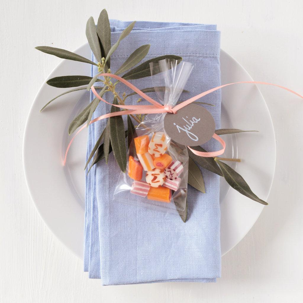 Gastgeschenk-Bonbons mit Initialen als Tischkarte