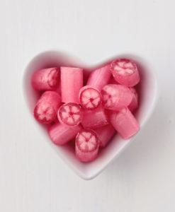Süße-Kirsche-Bonbons in Herzschale
