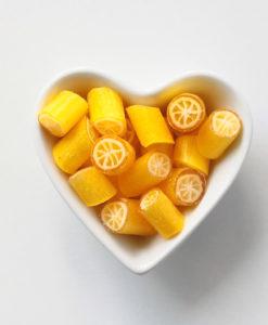 Zitronen-Bonbons in Herzschale