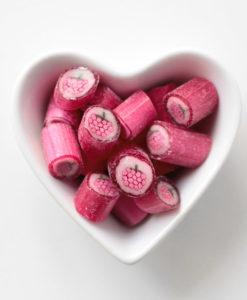 Himbeer-Bonbons in Herzschale